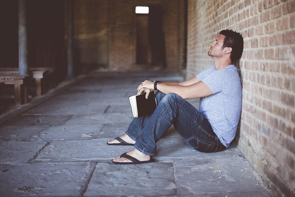 男性、悩み、本、読書
