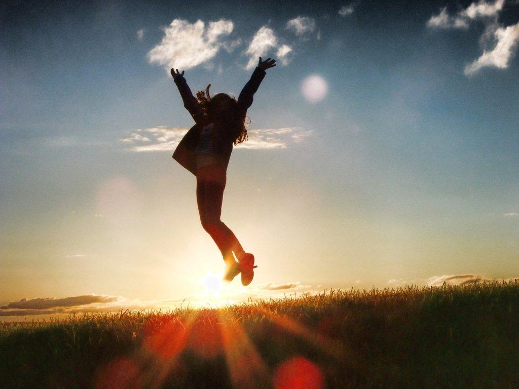 飛び跳ねる女の人